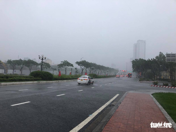 Lái ôtô dìu người đi xe máy qua cầu Rồng giữa mưa to, gió lớn - Ảnh 7.