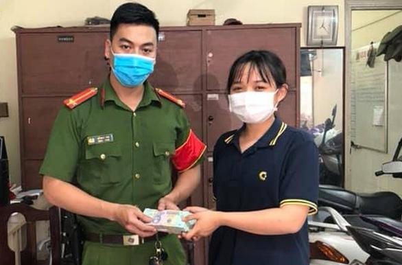 Nhặt được 4 cọc tiền to, nữ sinh viên Hutech liền mang nộp công an - Ảnh 1.