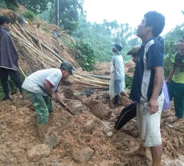 Bão suy yếu thành áp thấp, lũ cuốn trôi cầu, sạt lở khắp miền núi Quảng Ngãi - Ảnh 2.
