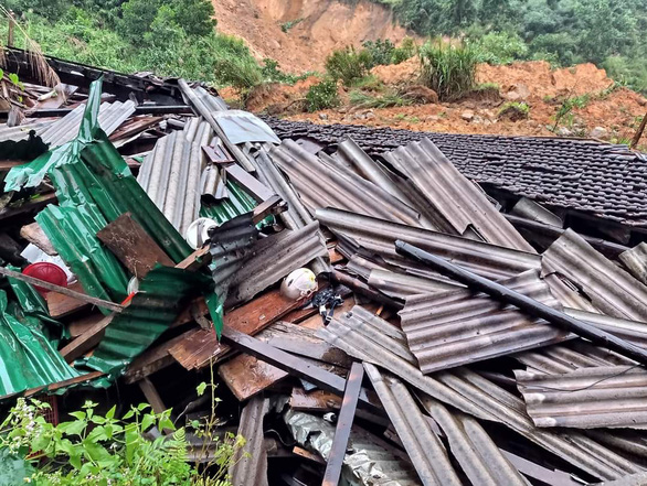 Bão suy yếu thành áp thấp, lũ cuốn trôi cầu, sạt lở khắp miền núi Quảng Ngãi - Ảnh 1.