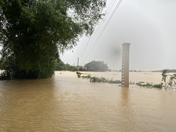 Quảng Nam: Lũ chưa rút, bão sắp vào, dân lo lắng - Ảnh 1.