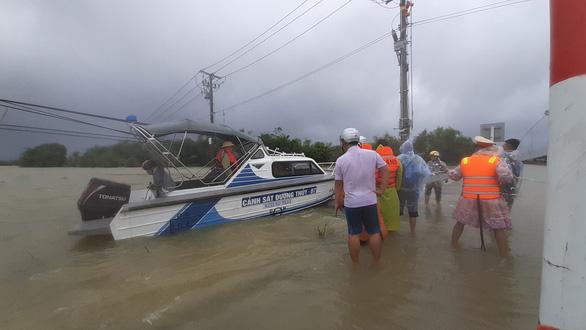 Giải cứu hơn 200 người dân vùng ngập lũ sâu đến nơi an toàn - Ảnh 5.