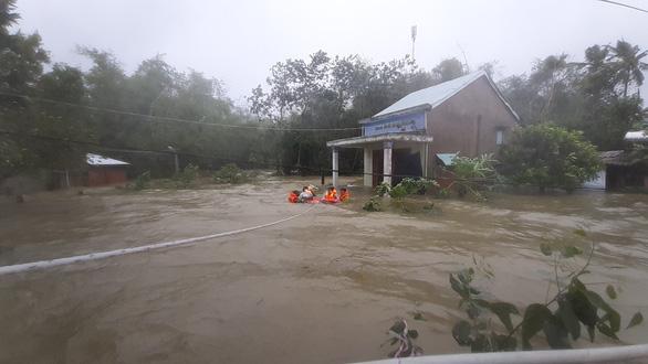 Giải cứu hơn 200 người dân vùng ngập lũ sâu đến nơi an toàn - Ảnh 1.