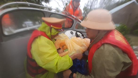 Giải cứu hơn 200 người dân vùng ngập lũ sâu đến nơi an toàn - Ảnh 6.