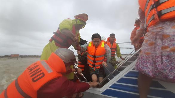Giải cứu hơn 200 người dân vùng ngập lũ sâu đến nơi an toàn - Ảnh 3.