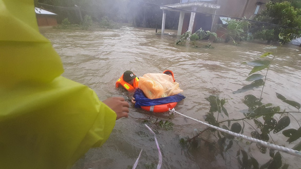 Giải cứu hơn 200 người dân vùng ngập lũ sâu đến nơi an toàn - Ảnh 7.