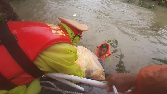 Giải cứu hơn 200 người dân vùng ngập lũ sâu đến nơi an toàn - Ảnh 8.