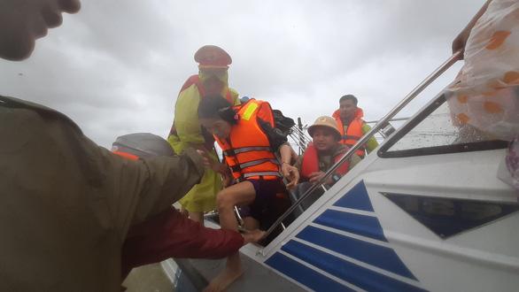 Giải cứu hơn 200 người dân vùng ngập lũ sâu đến nơi an toàn - Ảnh 9.
