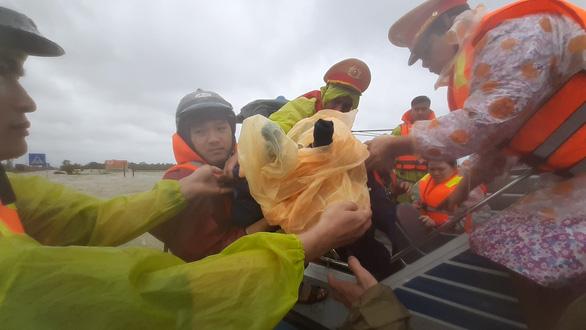 Giải cứu hơn 200 người dân vùng ngập lũ sâu đến nơi an toàn - Ảnh 10.