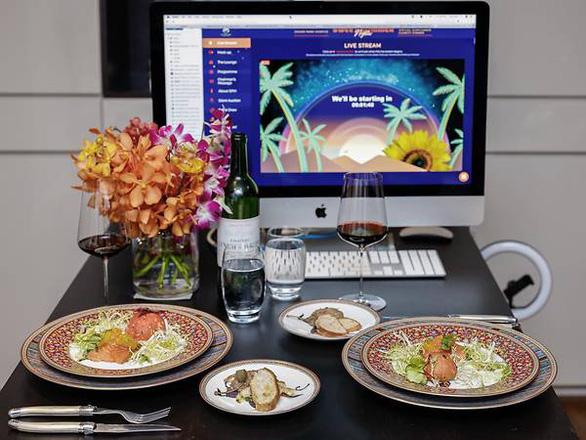 Nhà giàu Singapore vui vẻ ăn tiệc, gây quỹ qua màn hình máy tính - Ảnh 3.
