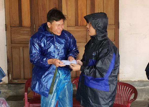Báo Tuổi Trẻ hỗ trợ khẩn cấp gia đình sản phụ bị lũ cuốn - Ảnh 1.