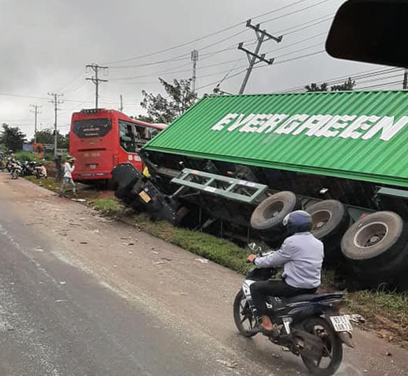 Cố qua mặt xe container, xe giường nằm gây tai nạn liên hoàn - Ảnh 2.
