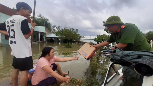Hỗ trợ nước sạch và mì gói cho hơn 100 hộ dân bị cô lập ở Quảng Nam - Ảnh 3.