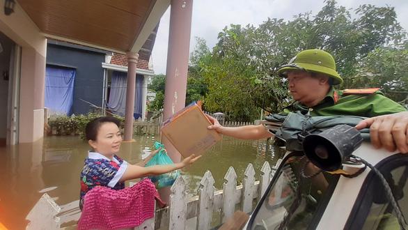 Hỗ trợ nước sạch và mì gói cho hơn 100 hộ dân bị cô lập ở Quảng Nam - Ảnh 4.