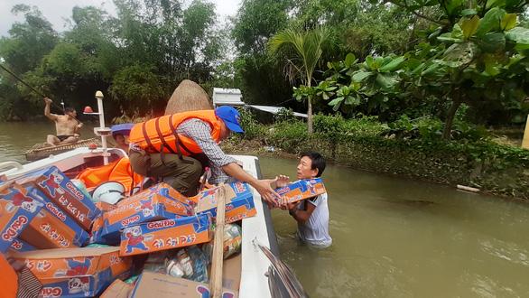 Hỗ trợ nước sạch và mì gói cho hơn 100 hộ dân bị cô lập ở Quảng Nam - Ảnh 2.