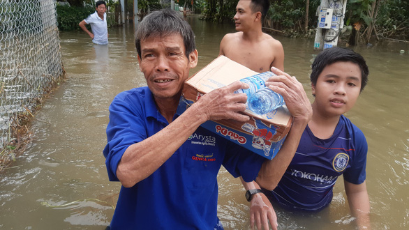 Hỗ trợ nước sạch và mì gói cho hơn 100 hộ dân bị cô lập ở Quảng Nam - Ảnh 5.