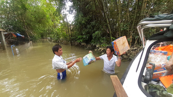 Hỗ trợ nước sạch và mì gói cho hơn 100 hộ dân bị cô lập ở Quảng Nam - Ảnh 6.
