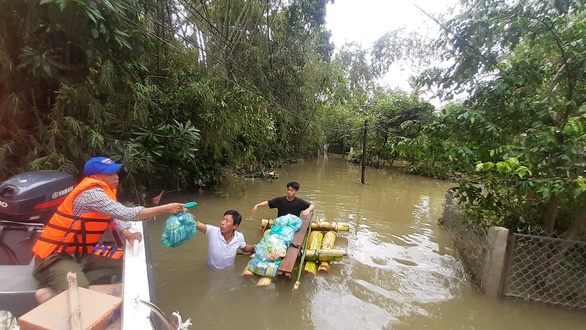 Hỗ trợ nước sạch và mì gói cho hơn 100 hộ dân bị cô lập ở Quảng Nam - Ảnh 7.