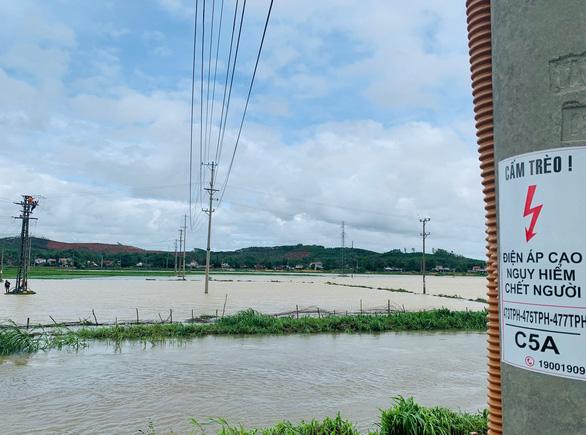 Hơn 913.000 hộ dân ở miền Trung mất điện do mưa lũ và bão - Ảnh 2.