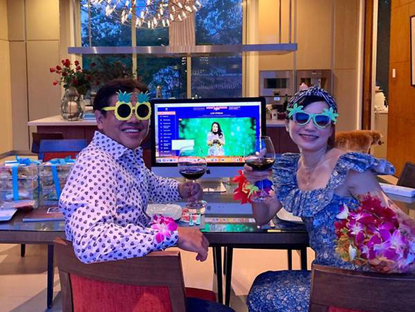 Nhà giàu Singapore vui vẻ ăn tiệc, gây quỹ qua màn hình máy tính - Ảnh 2.