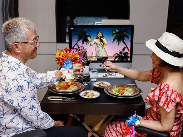 Nhà giàu Singapore vui vẻ ăn tiệc, gây quỹ qua màn hình máy tính - Ảnh 1.