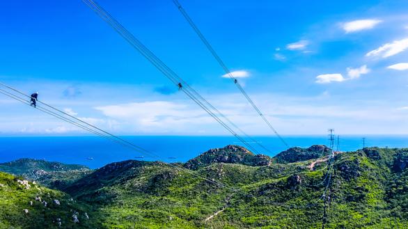 Vượt hiểm trở hoàn thành trạm biến áp 500kv và đường dây 220/500kv kết hợp nhà máy điện mặt trời - Ảnh 1.