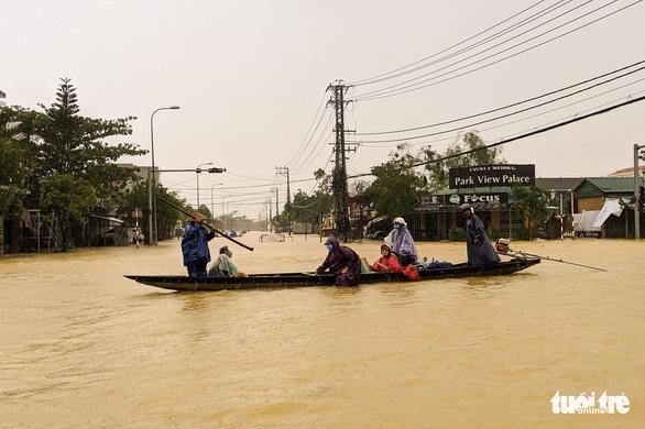 Tạm dừng chạy tàu giữa Hà Nội với Huế do lũ lụt - Ảnh 1.