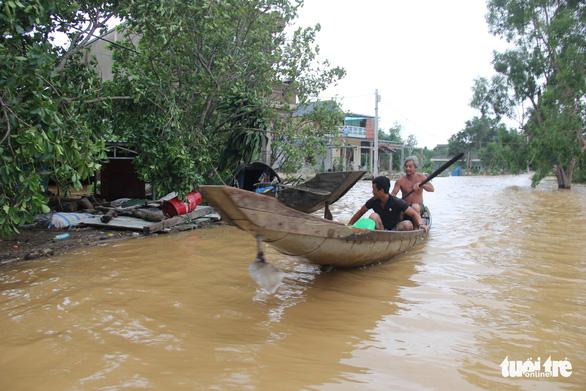 Nước sông Thạch Hãn lại lên nhanh, dân vùng ven đối phó với đợt lũ thứ 3 trong 5 ngày - Ảnh 1.