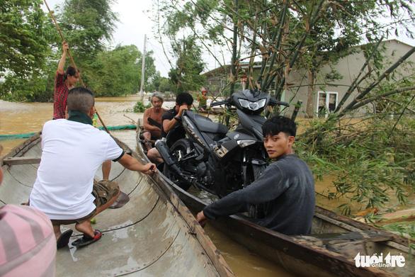 Nước sông Thạch Hãn lại lên nhanh, dân vùng ven đối phó với đợt lũ thứ 3 trong 5 ngày - Ảnh 3.