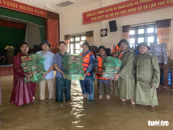 Báo Tuổi Trẻ vào vùng lũ nặng nhất Thừa Thiên Huế hỗ trợ bà con - Ảnh 2.