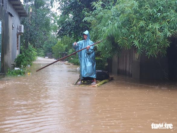 Báo Tuổi Trẻ vào vùng lũ nặng nhất Thừa Thiên Huế hỗ trợ bà con - Ảnh 7.
