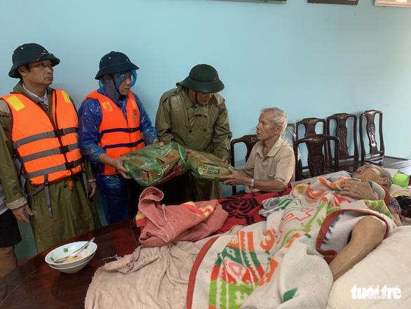 Báo Tuổi Trẻ vào vùng lũ nặng nhất Thừa Thiên Huế hỗ trợ bà con - Ảnh 1.