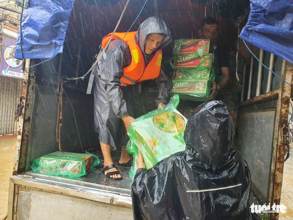 Báo Tuổi Trẻ vào vùng lũ nặng nhất Thừa Thiên Huế hỗ trợ bà con - Ảnh 3.