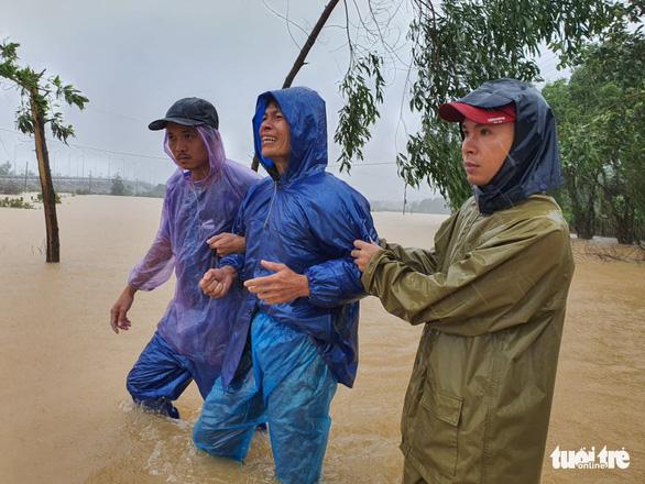 Lý Hải, Minh Hà quyên hơn nửa tỉ giúp miền Trung vượt qua lũ lụt - Ảnh 1.
