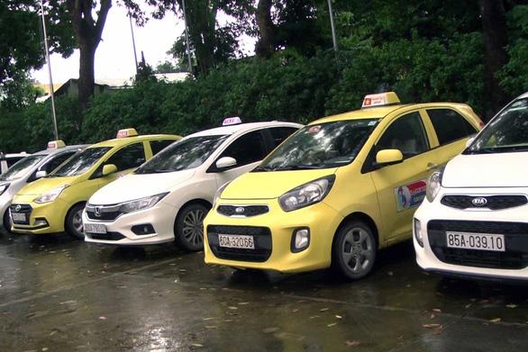 Tài xế taxi chèo kéo khách, đánh tài xế hãng Mai Linh - Ảnh 1.