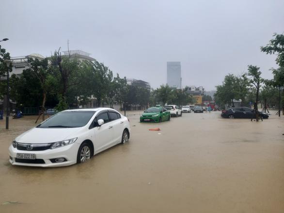 Lũ ngập 0,5-1,8m đường phố trung tâm Huế, nhiều xe hơi cẩu không kịp - Ảnh 3.