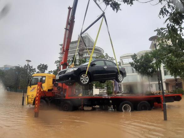 Lũ ngập 0,5-1,8m đường phố trung tâm Huế, nhiều xe hơi cẩu không kịp - Ảnh 1.