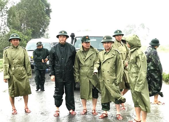 Phó thủ tướng Trịnh Đình Dũng chỉ đạo công tác cứu hộ tại thủy điện Rào Trăng 3 - Ảnh 2.