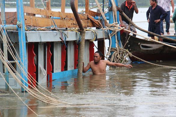 Ngâm mình tìm thi thể người con trong vụ chìm tàu ở Quảng Nam - Ảnh 3.