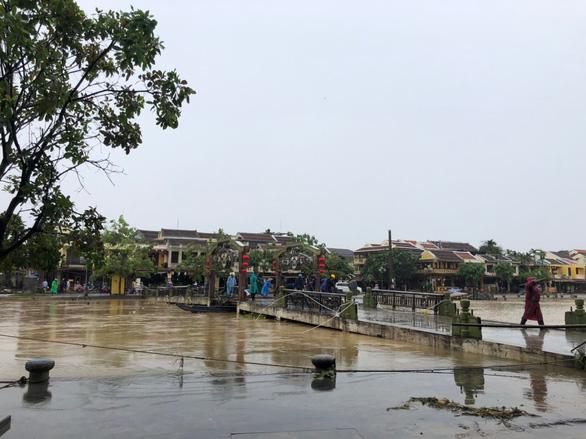 Phố cổ Hội An được cấp tốc làm sạch ngay khi nước lũ vừa rút - Ảnh 7.