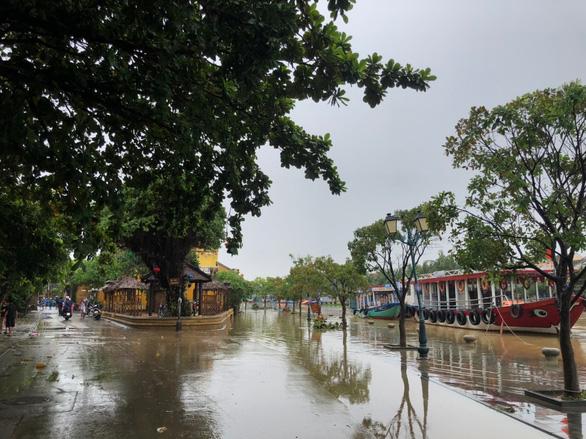 Phố cổ Hội An được cấp tốc làm sạch ngay khi nước lũ vừa rút - Ảnh 8.