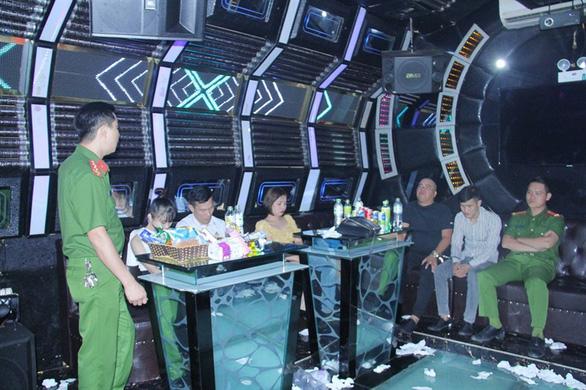 12 nam thanh nữ tú bay, lắc trong quán karaoke - Ảnh 2.