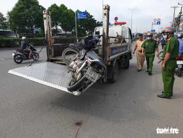 Xe nâng đụng xe máy ở Thủ Đức, một người chết - Ảnh 2.