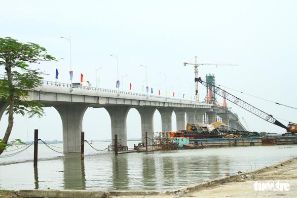 Hợp long cây cầu thứ 3 qua sông Lam nối hai tỉnh Nghệ An - Hà Tĩnh - Ảnh 1.
