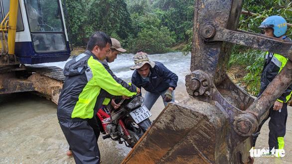 Đã liên lạc được với nhóm công nhân ở thủy điện Rào Trăng 3 - Ảnh 6.
