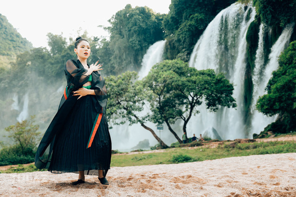 The Huong Ly cover phenomenon suddenly released a new song with a contemporary folk style - Photo 2.