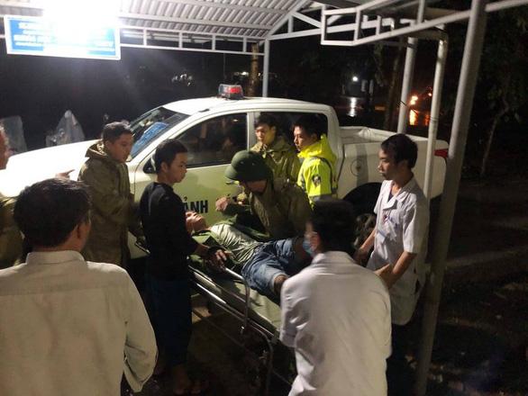 Đưa 5 người bị thương ở Rào Trăng 4 đi bệnh viện, tiếp tục tìm kiếm 13 người mất tích - Ảnh 1.