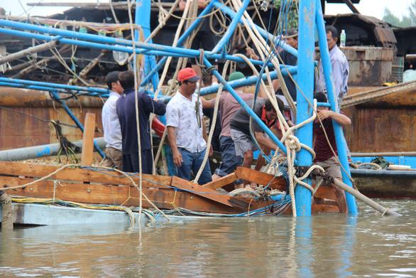 Ngâm mình tìm thi thể người con trong vụ chìm tàu ở Quảng Nam - Ảnh 5.