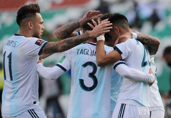 Messi 'tịt ngòi', Argentina thắng chật vật Bolivia trên 'cổng trời' La Paz - Ảnh 2.