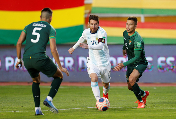 Messi 'tịt ngòi', Argentina thắng chật vật Bolivia trên 'cổng trời' La Paz - Ảnh 3.